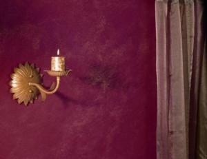 Glitter 311 wykorzystuje popularny w karnawale brokat, który mienić się będzie na ścianie tysiącami opalizujących punktów.