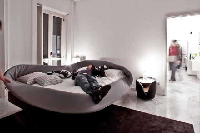 łóżko z wygiętym brzegiem