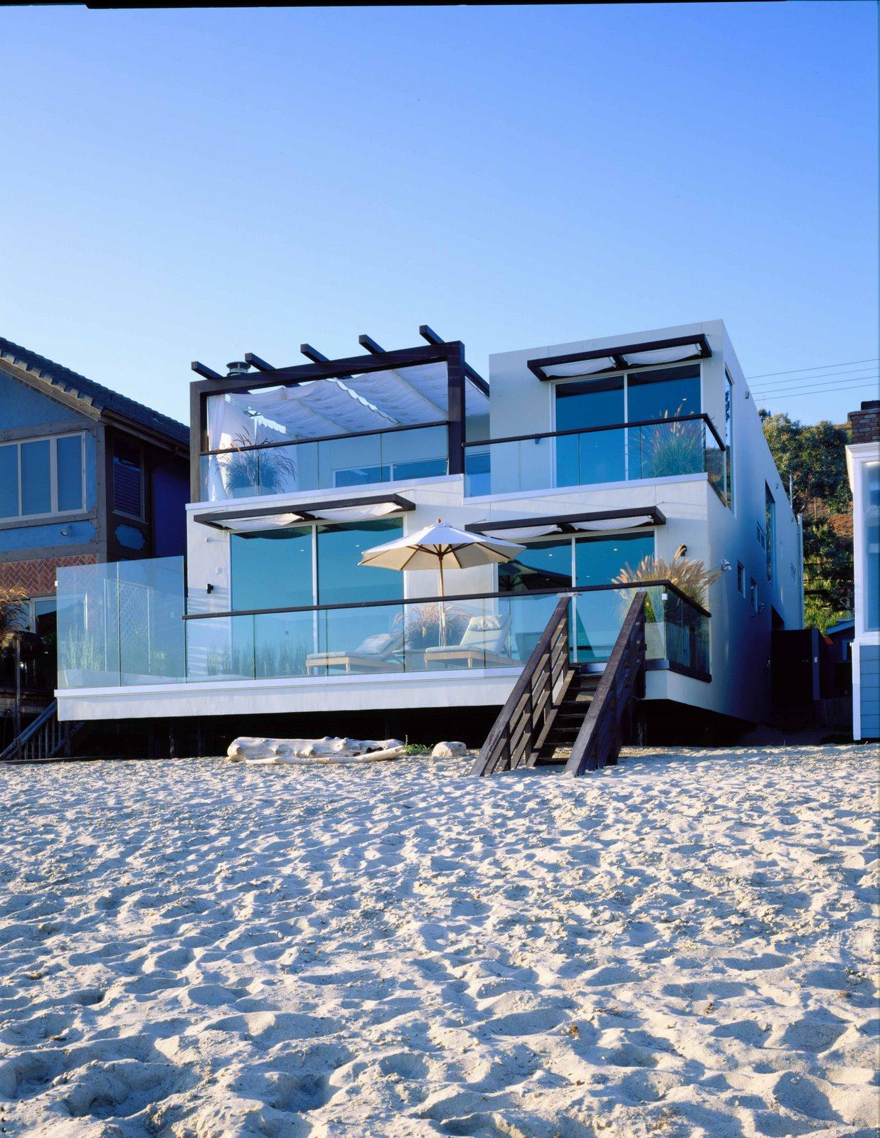 Dom wrośnięty w plażę