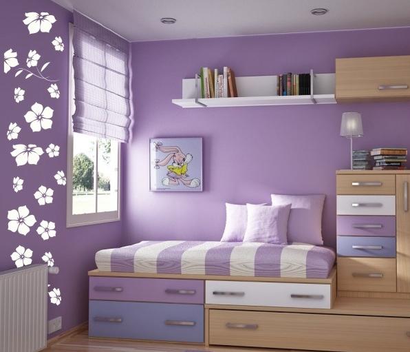 białe kwiaty w pokoju dziecięcym