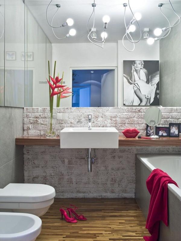 ceglany mur w toalecie