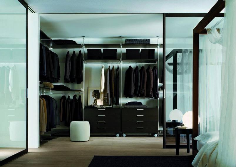 porządek ubraniowy w przyjemnej szafie