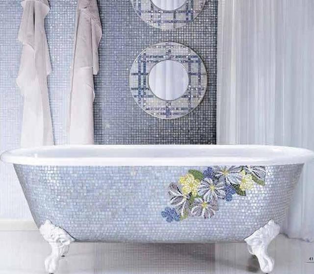 delikatna, niebiesko-srebrzysta mozaika z motywem kwiatowym - wanna Perry 01 (fot. SICIS)