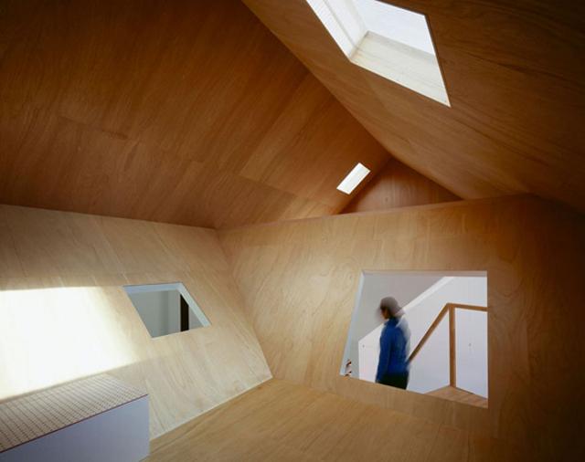 dwupoziomowy stryszek wprowadza różnorodną geometrię i nadaje niepowtarzalny charakter temu wnętrzu - fot. You Shimada/Tato Architects