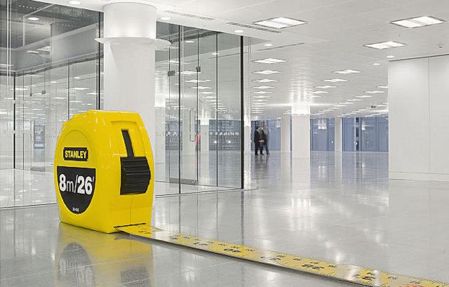 gigantyczny stanleyowski metr w obiekcie biurowym - fot. Radford Wallis