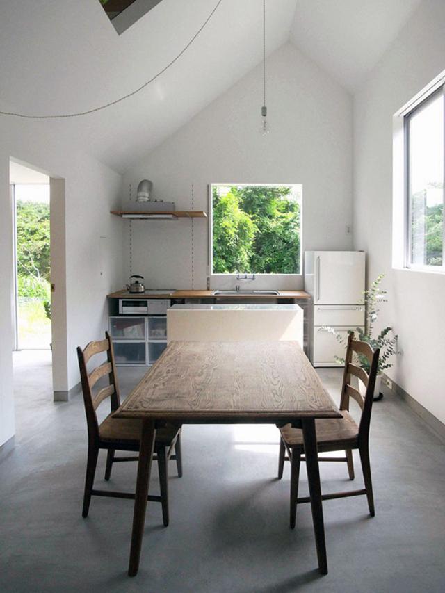 prosty, drewniany stół w kuchni - fot. You Shimada/Tato Architects