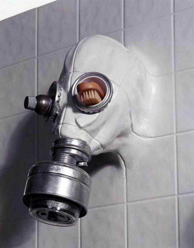prysznic w kaształcie maski gazowej - fot. Chris Dimino