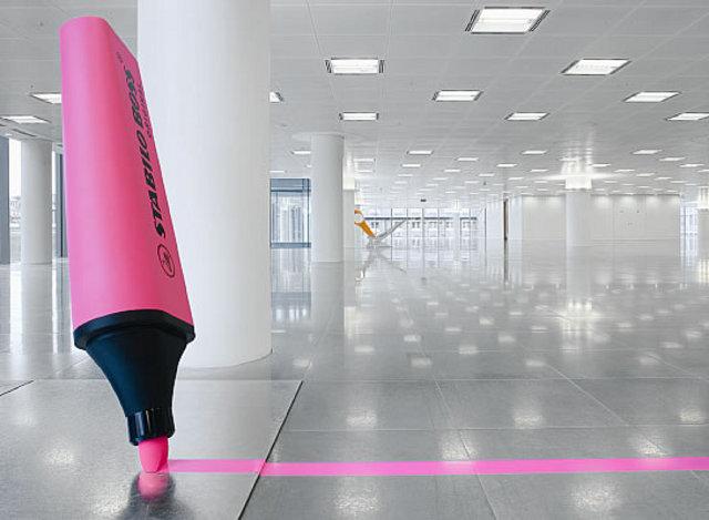 różowy marker ozbobą biura - fot. Radford Wallis