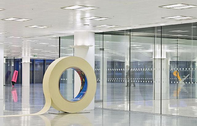taśma klejąca jako element biurowego dizajnu - fot. Radford Wallis