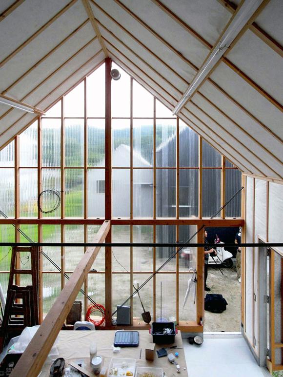 tak obszerny schowek na narzędzia ogrodowe chciałby mieć każdy pan domu - fot. You Shimada/Tato Architects