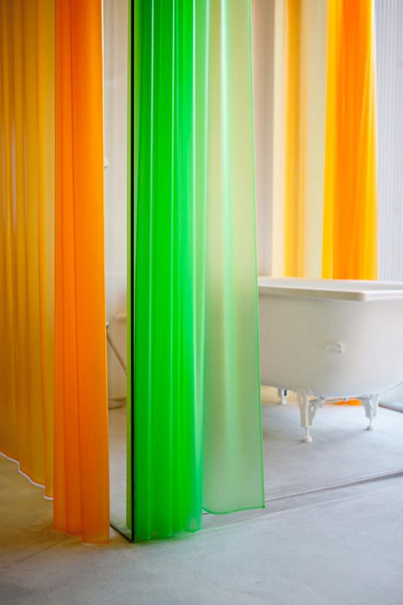 wannę przysłonić można kolorowymi zasłonkami - fot. You Shimada/Tato Architects