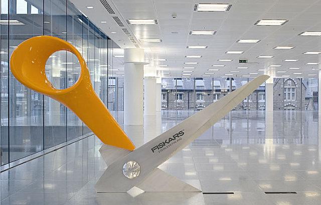 wielkie nożyczki do papieru ozdobą biura - fot. Radford Wallis