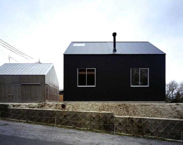 z zewnątrz nie prezentuje się zbyt okazale, ale wnętrze kryje kilka ciekawych rozwiązań - fot. You Shimada/Tato Architects