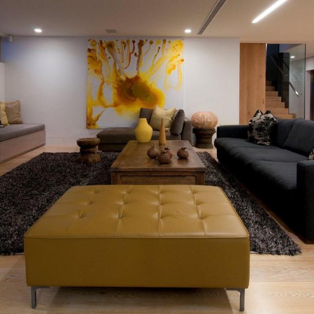 Bruce Stafford Architects proponują połączenie żółci z czernią. Efekt murowany.