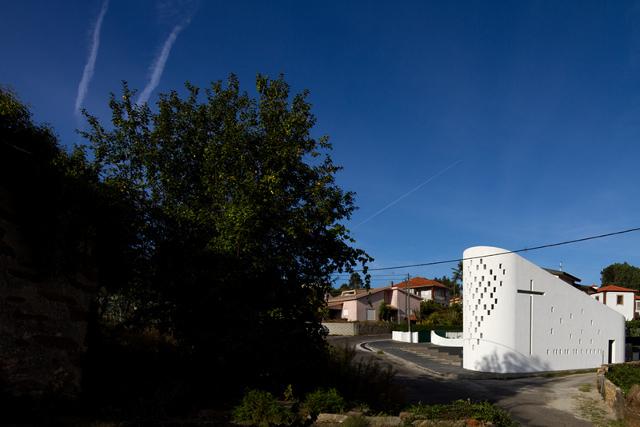 Kościół na tle wioski (Santa Ana Chapel by e|348 arquitectura) - fot. Fernando Guerra