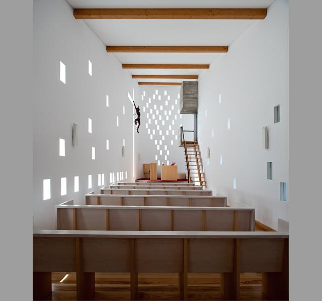 Nowoczesna architektura i minimalizma sprawiaja, ze w tym kościele nic nie rozprasza modlitwy (Santa Ana's Chapel by e|348 arquitectura) - fot. Fernando Guerra