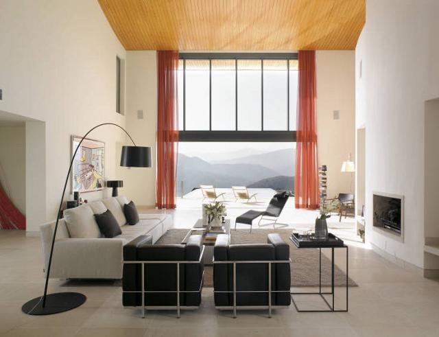 Oryginalny sufit kontrastuje z bielą ścian - projekt Peter Thomas de Cruz