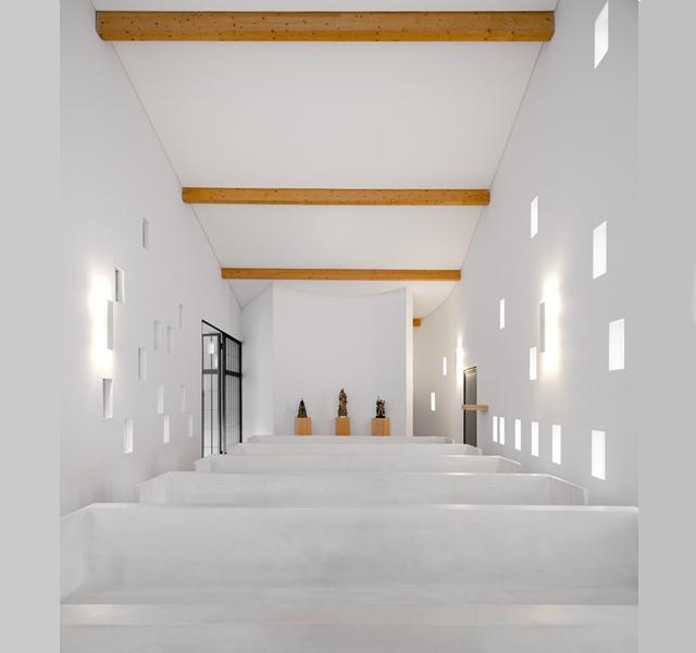 Połączenie bieli i drewna = czysty minimalizm Santa Ana's Chapel - fot. Fernando Guerra