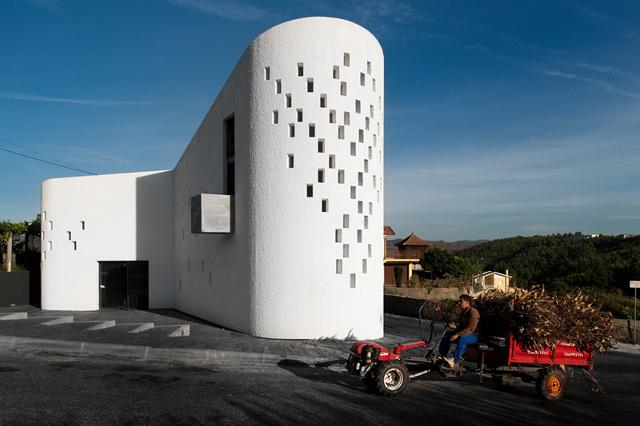 Siła kontrastu - Santa Ana's Chapel, e|348 arquitectura - fot. Fernando Guerra