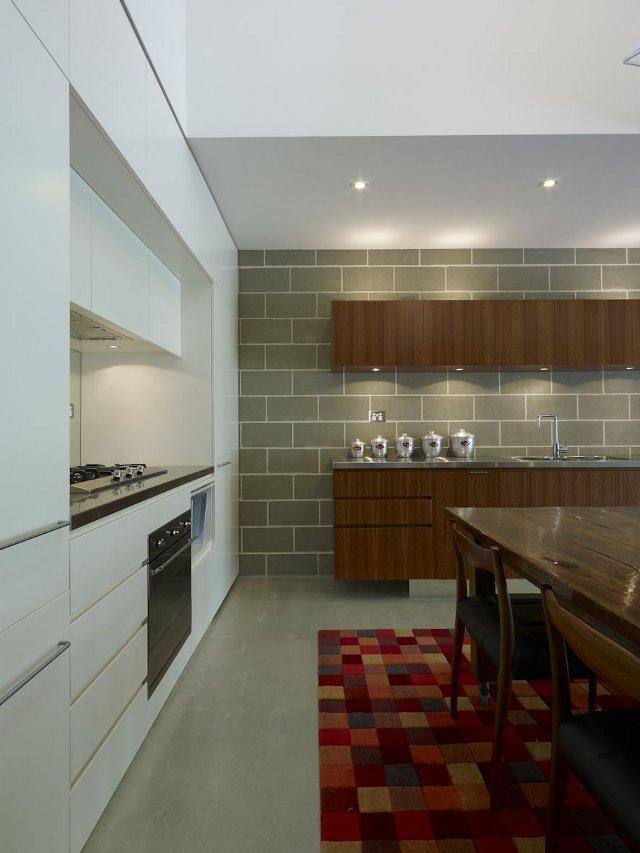 aranżacja domu wąskiego - panel kuchenny i jadalnia