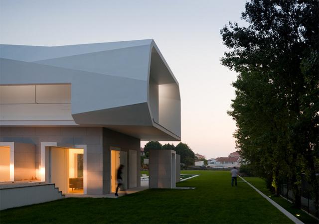 ciekawa architektura zastosowana została w tej budowli- fot. Fernando Guerra