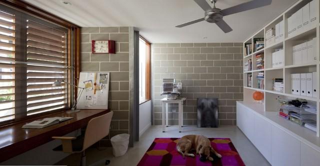domowe biuro z cegłą w tle - wąski dom
