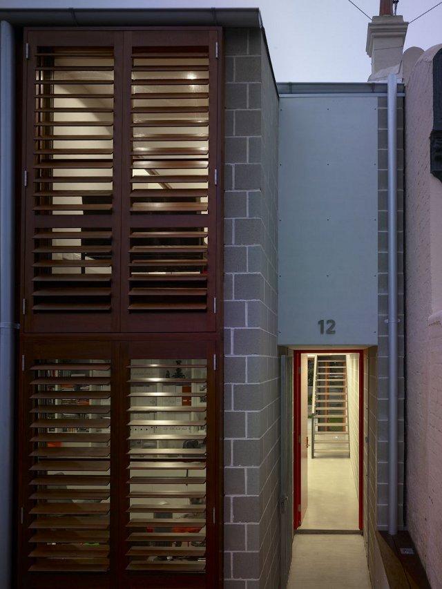 główne wejście w bardzo wąskim domu