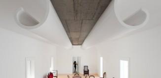 niesamowity sufit zaprojektowano tak, jakby się przed nami otwierał (Casa Fez) - fot. Fernando Guerra