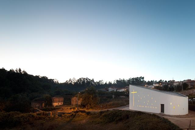 piękny projekt kościoła Santa Ana's Chapel, e|348 by arquitectura - fot. Fernando Guerra