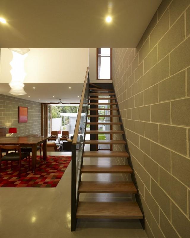w wąskim domu wąskie schody