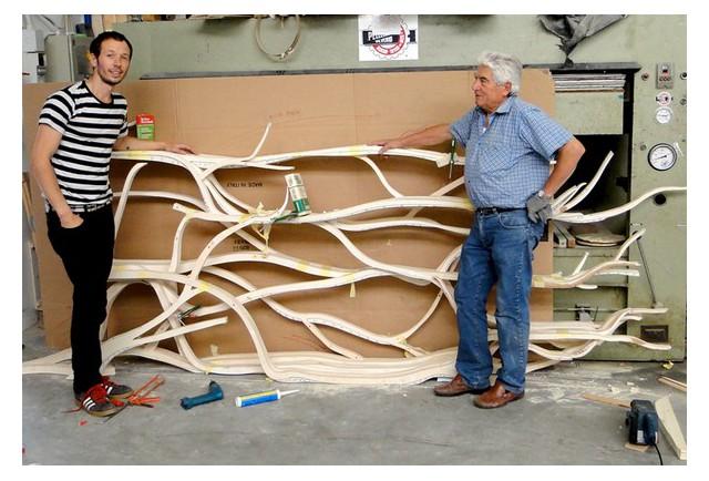 W pracowni stolarskiej powstaje 'Metamorphosis' - drzewiasta półka od Sebastiana Errazuriz