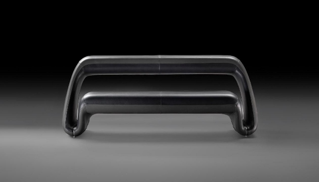 Czarna sofa - model Air Lounge System (fot. Meritalia)