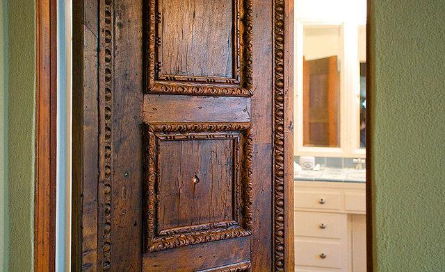 Pięknie rzeźbione drzwi - design by Frank Lloyd Wright