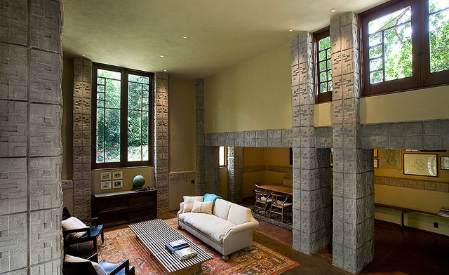 Przestronny living room - design by Frank Lloyd Wright