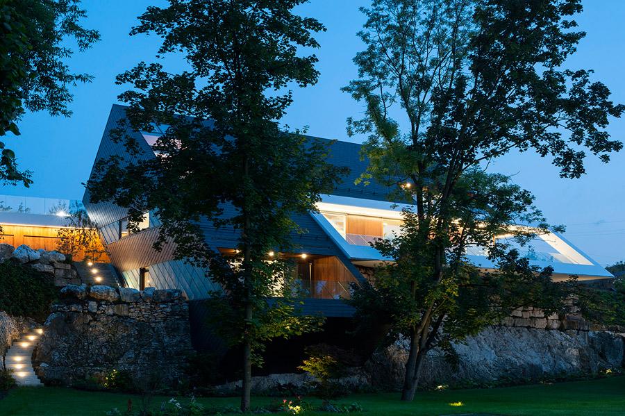 Dom w górzystej okolicy